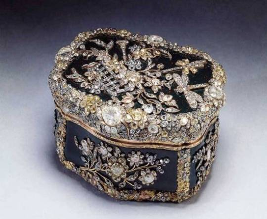 An uncut diamond and a snuff box