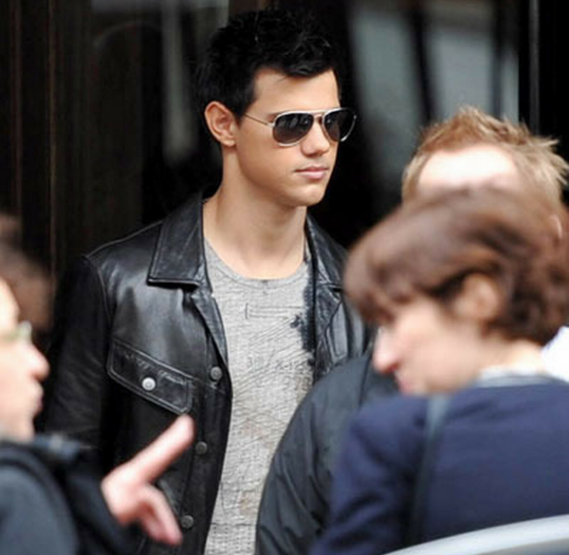 Taylor Lautner was spotted wearing Ray-Ban 3025 aviator sunglasses, which shows his like for the eminent fashion brand.