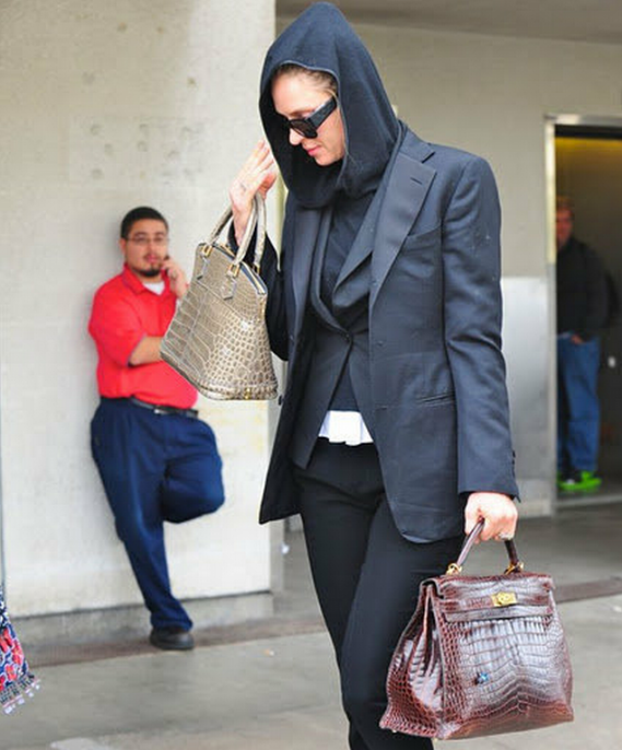 Hermes Kelly bag seems to be a perfect fashion accessory for Uma Thurman