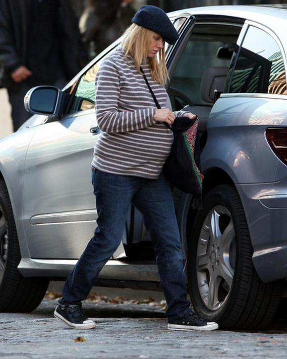 Naomi Watts is classier even when it comes to choosing cars. She was spotted driving a Nissan Murano in East Village.
