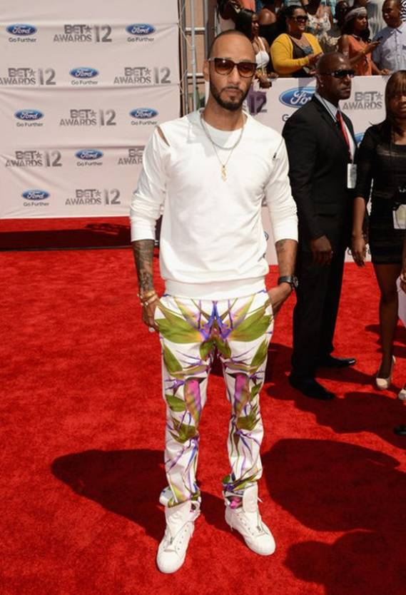 When the BET Awards ceremony was held at the Shrine Auditorium in Los Angeles, singer Beatz chose to wear the 'Birds of Paradise' jeans from Givenchy which is as colorful as his personality.