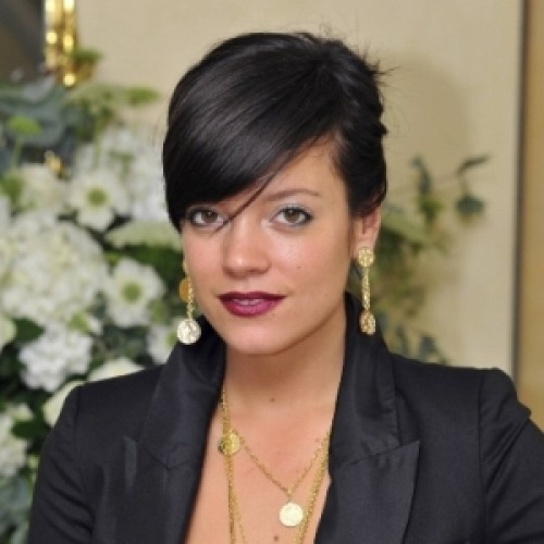 The 32-year old daughter of father Keith Allen and mother Alison Owen, 157 cm tall Lily Allen in 2017 photo