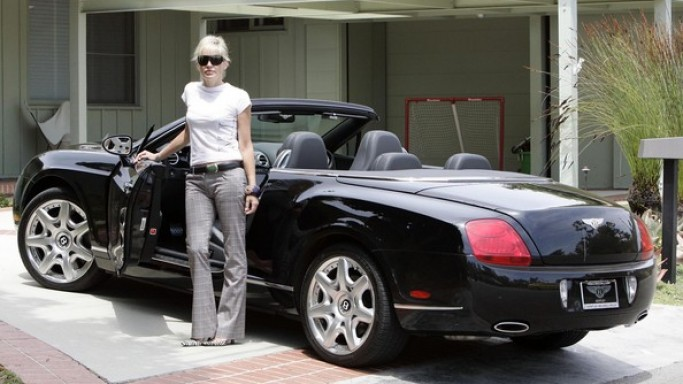 Sharon Stone in Bentley Continental GTC, Porsche 911 Cabriolet, 1972 Ford LTD Convertible - arabasının fotoğrafı