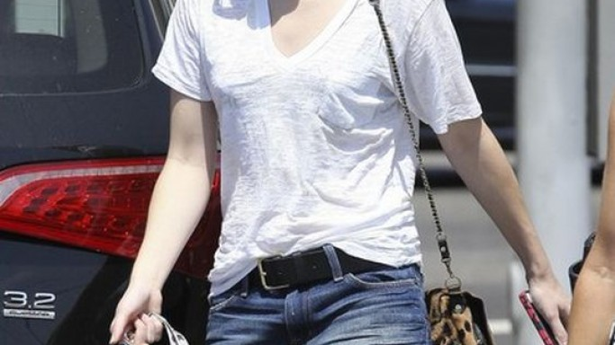 The artist donned her T-shirt while shopping with her gal pals on August this year in West Hollywood, California.