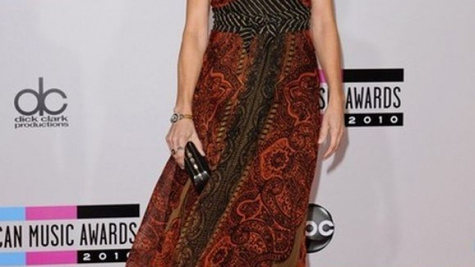 For the 2010 American Music Awards, songster Sheryl Crow chose a flowing, printed earthy dress from Italian fashion house Etro.