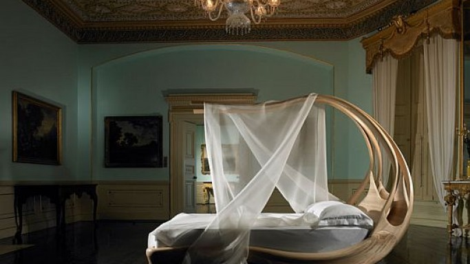 Enignum canopy bed gives a new meaning to your idea of blissful sleep